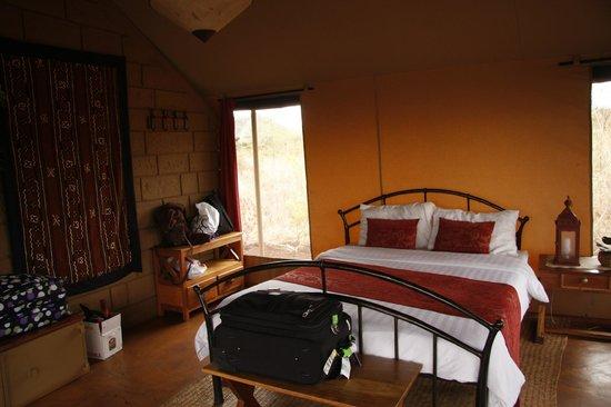 Ikweta Safari Camp: Inside tent - full bath off to the left