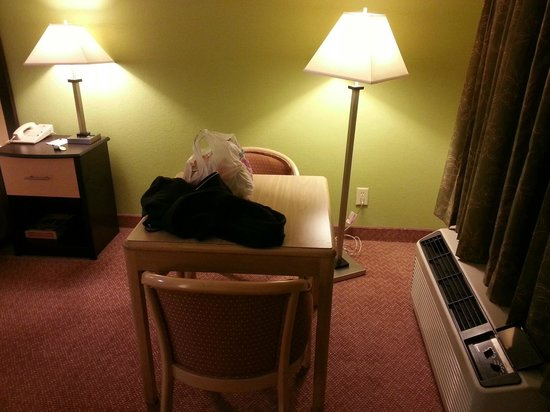 Red Roof Inn & Suites Addison: Table in room