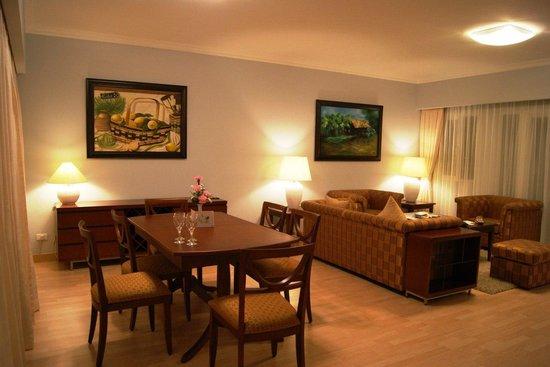 Norfolk Mansion Saigon : Гостиная в аппартаментах с двумя спальнями