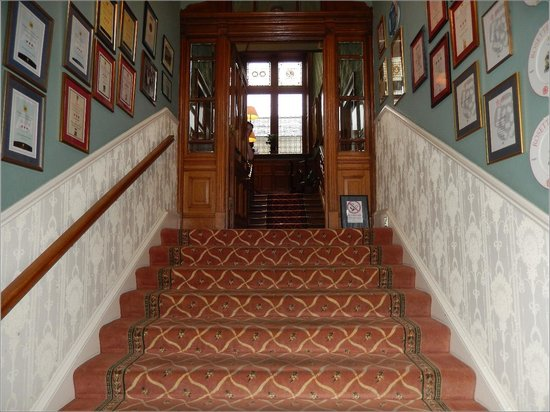 Kirroughtree House Hotel: Stairs into hotel (lift for infirm available)
