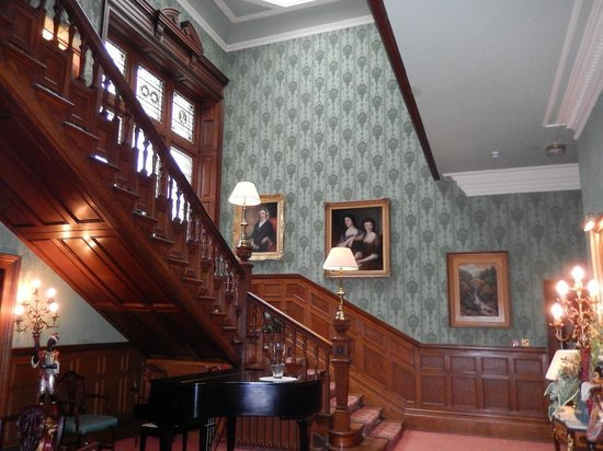 Kirroughtree House Hotel: Impressive stair well.