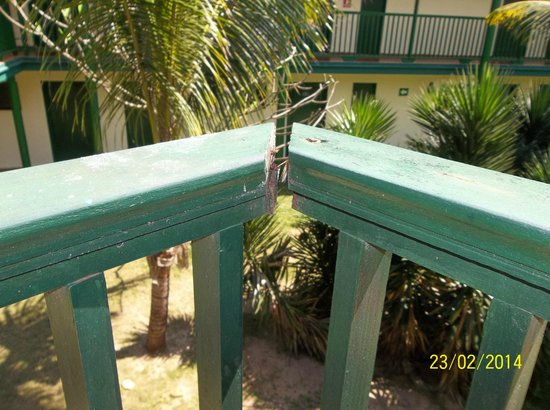 Hotel Oasis: Room 115 balcony, rail not secure!