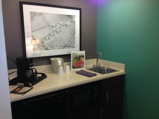 SpringHill Suites Williamsburg: in room coffee/refrigerator bar