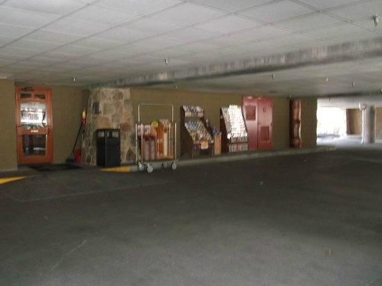 Bearskin Lodge on the River Hotel: Parking Garage at Bearskin