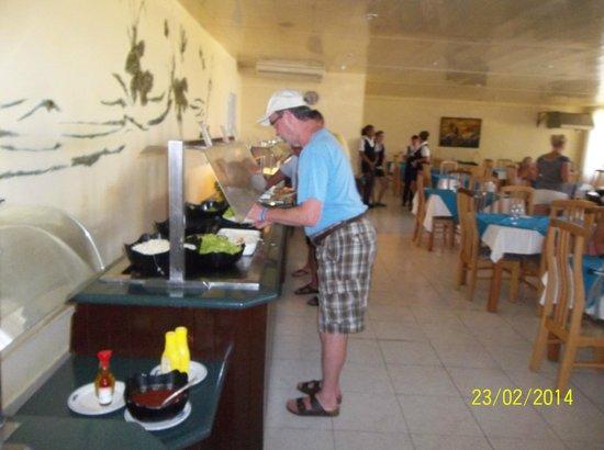 Hotel Oasis: Buffet wall