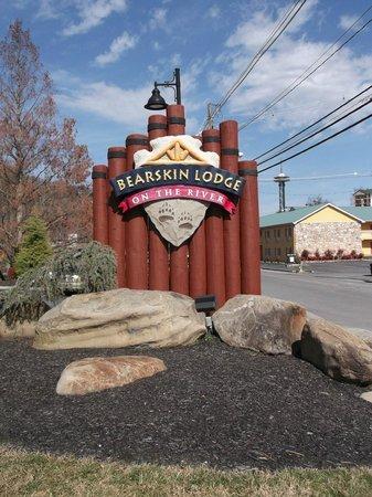Bearskin Lodge on the River Hotel: Nice sign