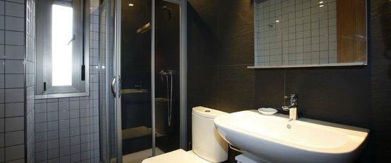 Apartamentos Spa Cueto: Baños formados por lavabo, inodoro y plato de ducha