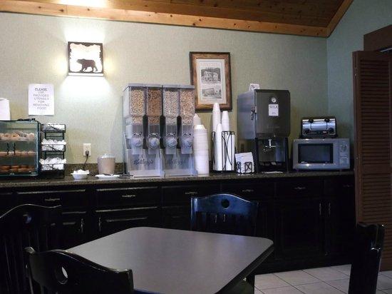 Bearskin Lodge on the River Hotel: Breakfast area at Bearskin