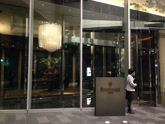 Shangri-La Hotel, Tokyo: The Entrance to the hotel