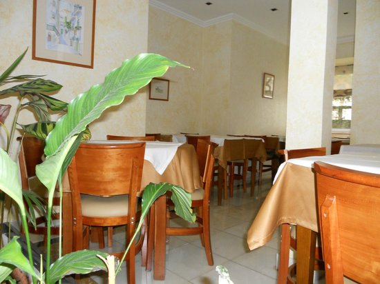 Avenida Park Hotel: Breakfast area, viewed from sitting area / lobby
