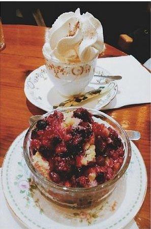 Bapz : Café Vienes + Pastel de frutas rojas