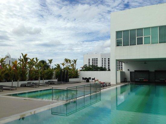 Pullman Kuching: Big pool