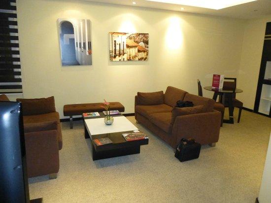 Mercure Hotel Alameda: Salon de la chambre 1