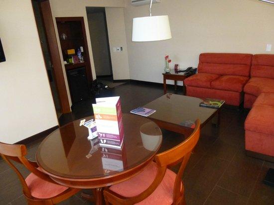 Mercure Hotel Alameda: Salon de la chambre 2
