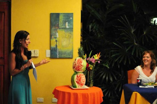 Vista Ballena Hotel: Friend giving a wedding speech (fruit art in background)