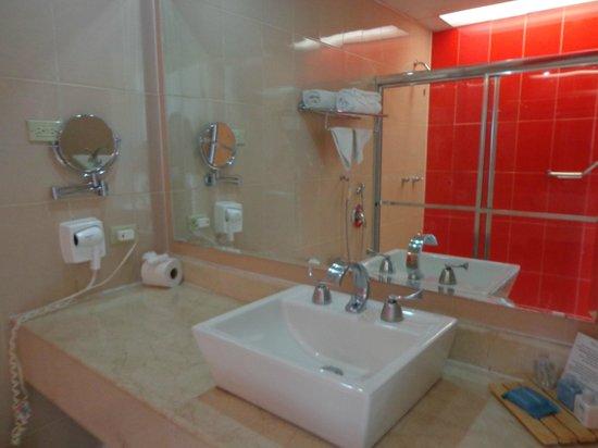 Playa Tortuga Hotel & Beach Resort: Salle de bains de la suite junior