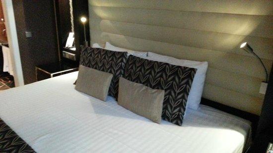 Eurostars Thalia Hotel: Cama tamaño XXXL
