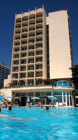 Shipka Hotel: Hotel od strony basenu