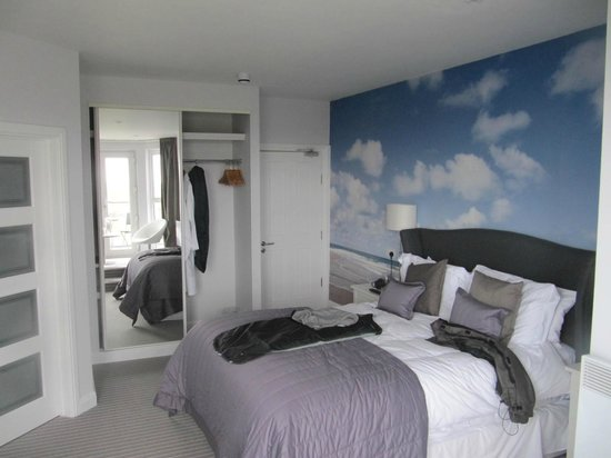 Carnmarth Hotel: Bed & Wardrobe