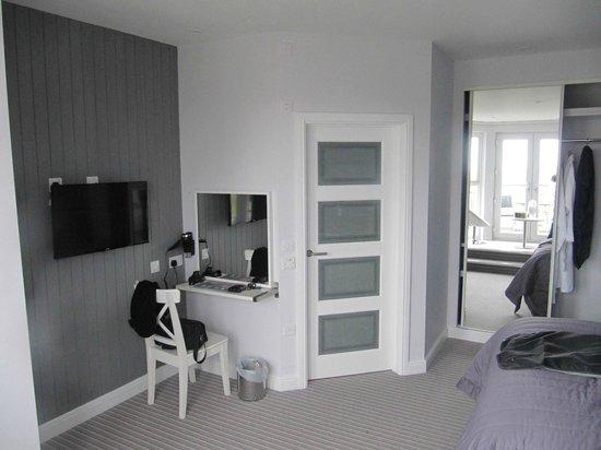 Carnmarth Hotel: Vanity Area & Door To Bathroom