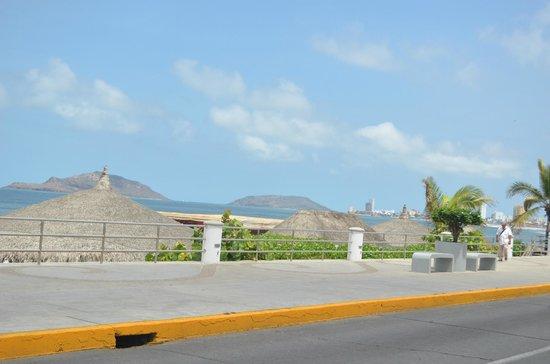 Hotel De Cima: malecon en frente del Hotel