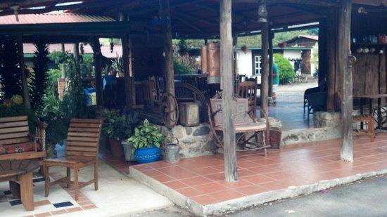 Cabinas Cecilia: Antique-filled Cabana