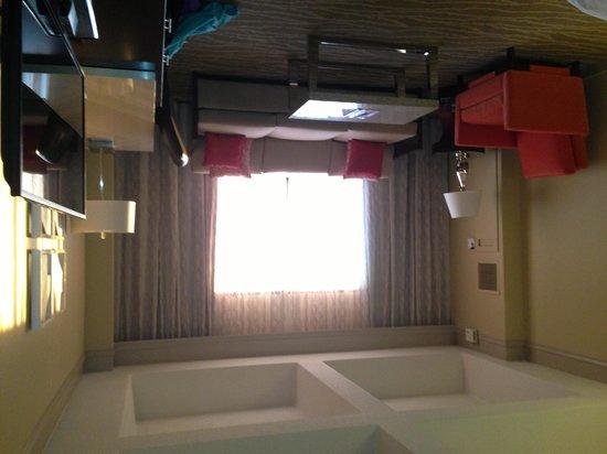 Renaissance Orlando Resort at SeaWorld: Next to bed