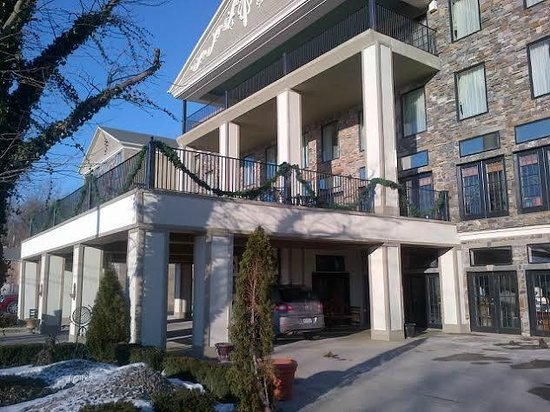 Niagara Crossing Hotel & Spa: A view from the driveway
