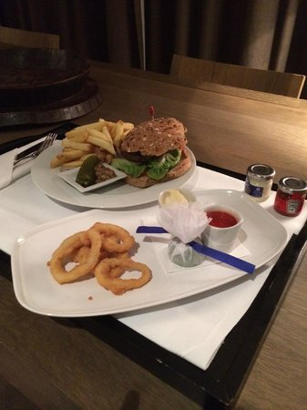 Radisson Blu Royal Hotel, Dublin : Roomservice: Burger & Calamari