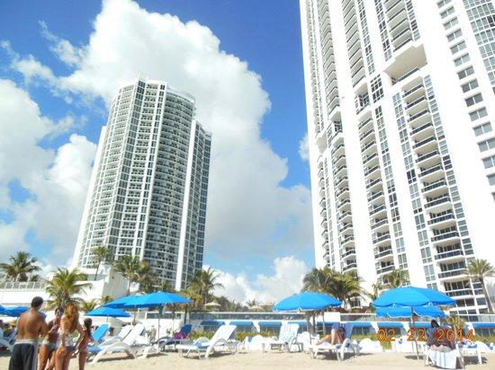 Trump International Beach Resort: Vista desde la playa del hotel