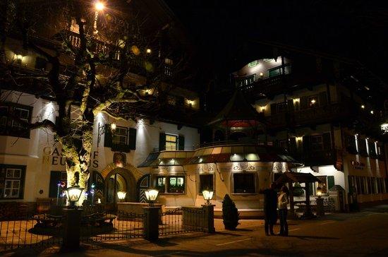 Alpendomizil Neuhaus: At night