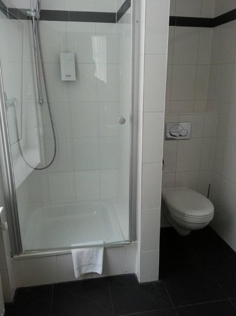 Clarion Collection Hotel Frankfurt City : shower/toilet