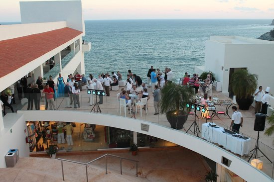 Secrets Huatulco Resort & Spa: view of sky bar from lobby, love all the glass for unobstructed views