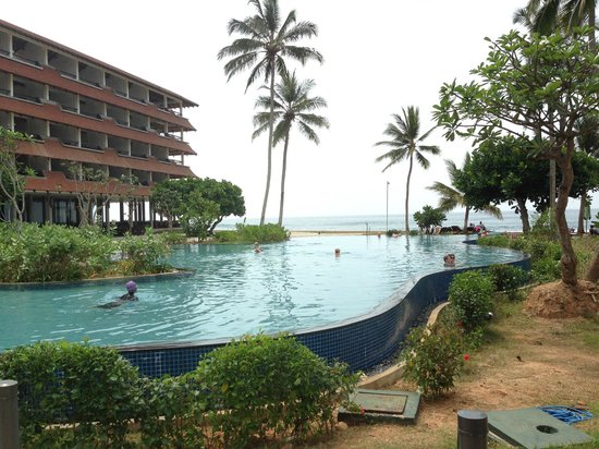 Hikka Tranz by Cinnamon: Hotel overlooking pool area