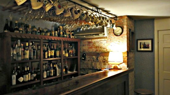 Iron Forge Inn: Intimate Bar Area