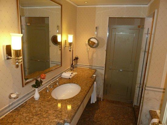 Hotel InterContinental Frankfurt: Badzimmer, klassisch und gediegen