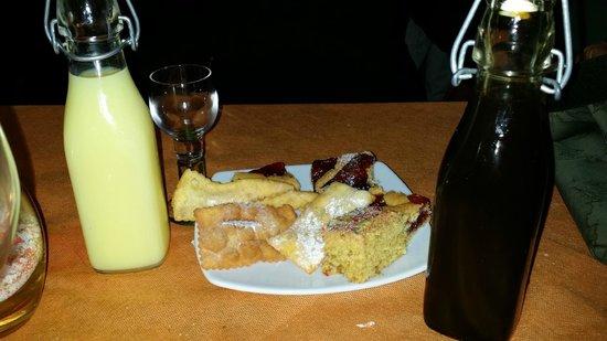 Osteria Le Delizie: liquore alla banana&liquirizia con pasticcini offerti