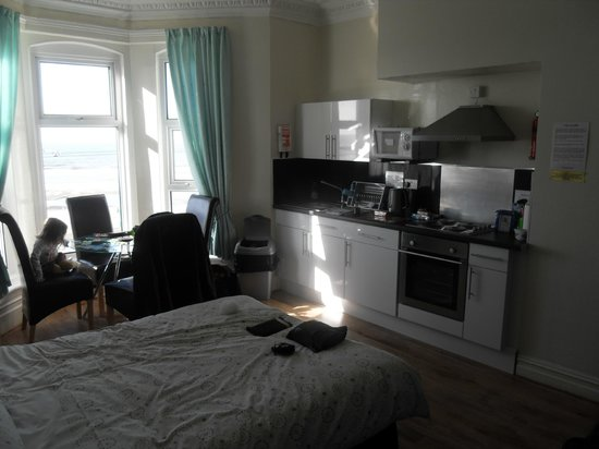 Sunny-Dee's Holiday Apartments: open plan dining, kitchen and double bed