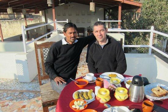 V Resorts Paawana Haveli Mandawa : Terrasse avec à gauche Surya, notre hôte