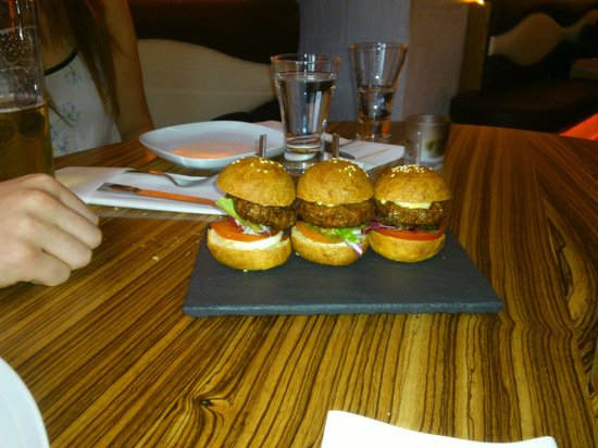 La Perla: burger sliders
