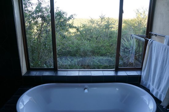 Hitgeheim Country Lodge: bathtub view