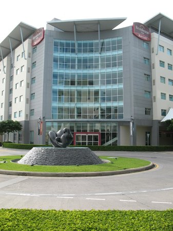 Residence Inn San Jose Escazu : Front of hotel construction to left