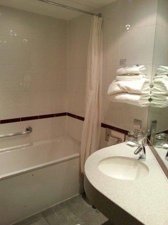 Future Inn Cardiff Bay: Bathroom