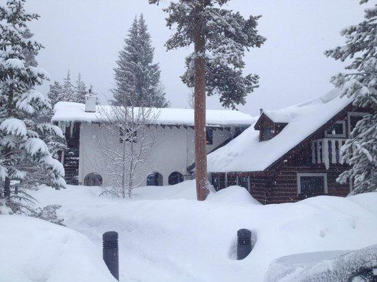 Ski Tip Lodge: Snowy exterior