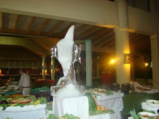 Sunscape Splash Montego Bay : Ice sculpture on the Sunday evening