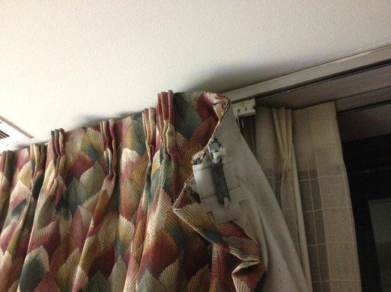 Washington Suites Alexandria: Curtains in bedroom