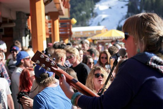 Jack's Bar : Another sunny apres ski from the lovely Daisy B