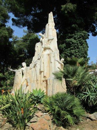 Cueva de Nerja: beeldhouwwerk bij de ingang
