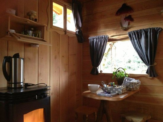 Les Cabanes du Marodier : coin salle à manger et poêle