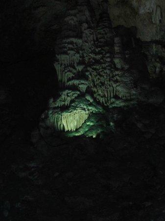 Cueva de Nerja: de verlichte geoxideerde druipsteen